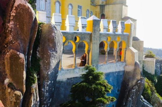 Madzia na murach pałacu Pena