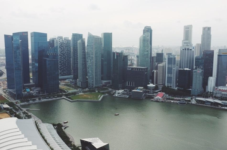 widok na Singapore Skyline z szczytu hotelu Marina Bay Sands