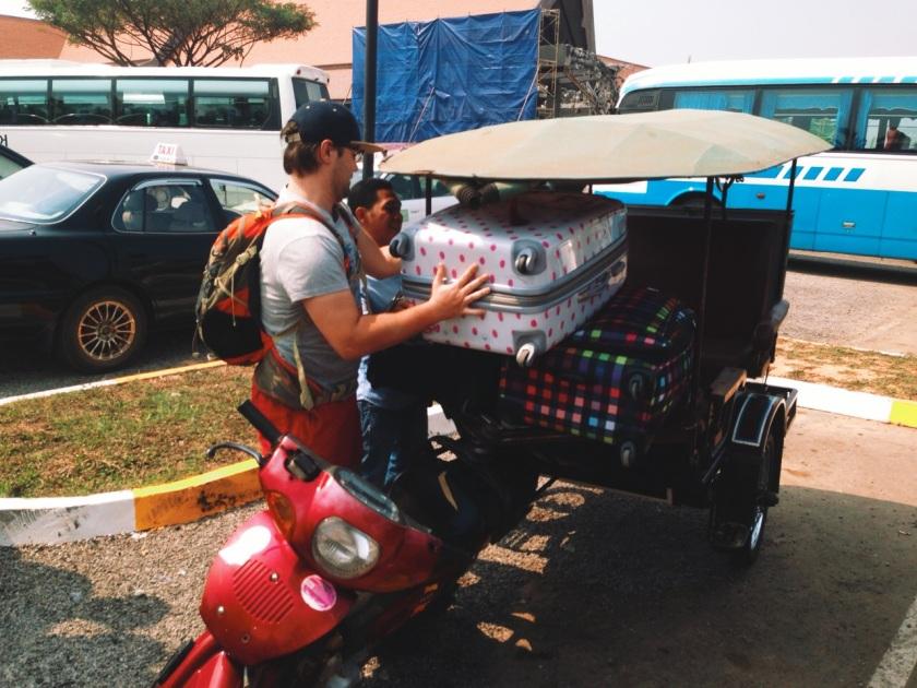 pakowanie bagaży do rikszy, lotnisko w Siem Reap