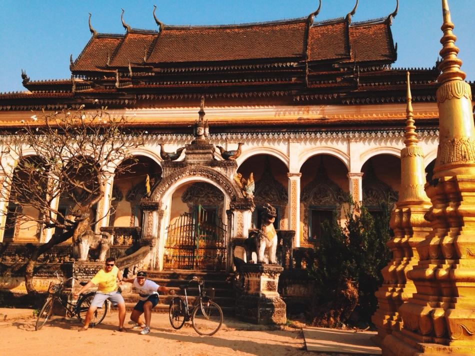 z Michałem na rowerach przy świątyni Wat Bo