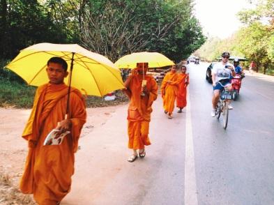 Mnisi w drodze do Angkoru