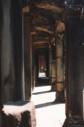 krużganki prowadzące do głównej części Angkoru