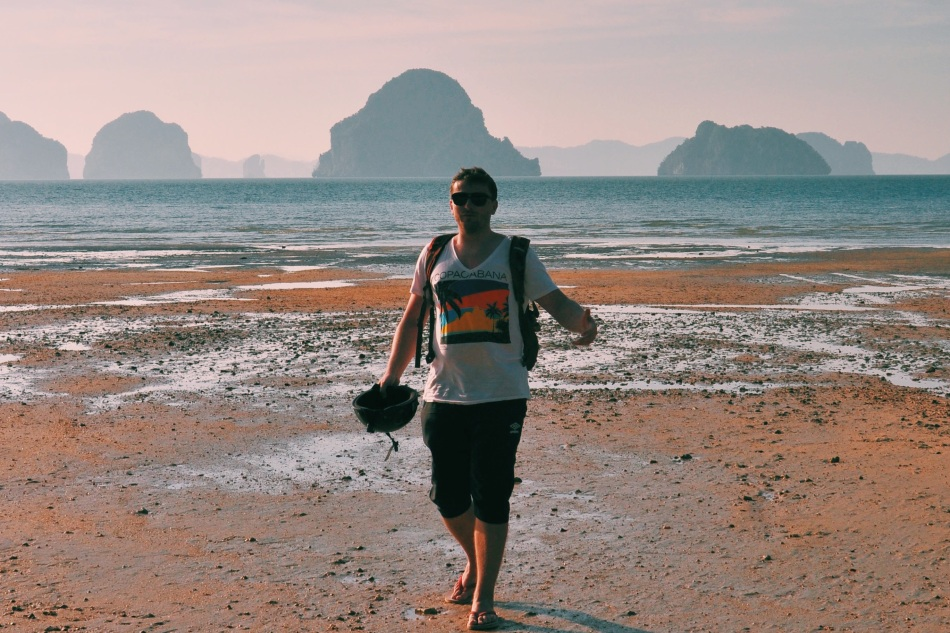 śpiewanie na plażowym pustkowiu