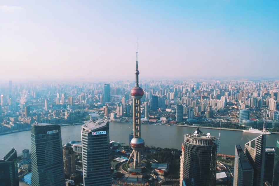 2011, widok z Jin Mao tower na Oriental Pearl Tower, na której byłem w 2008 roku. W głębi widać tysiące wysokościowców Szanghaju