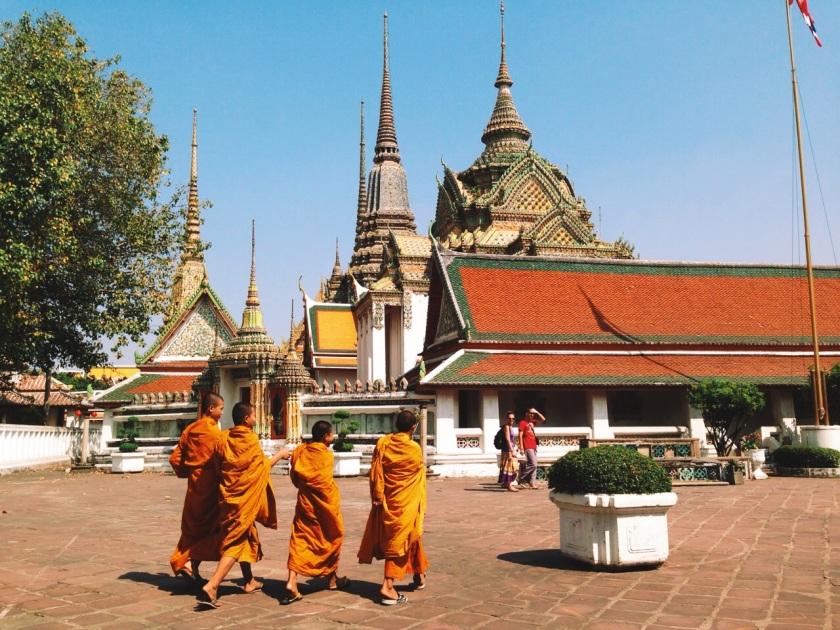 mnisi na terenie Wat Bo