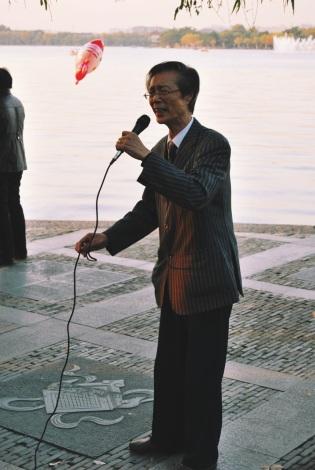 życie nad Jeziorem Zachodnim: śpiewanie szlagierów opery pekińskiej