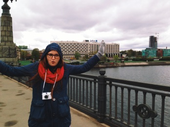 od hotelu do centrum idziemy mostem, na którym wieje tak, że... hej