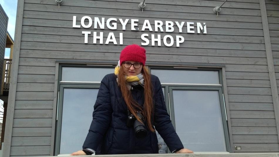Madzia przed tajskim sklepem
