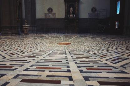 proste wnętrze bazyliki