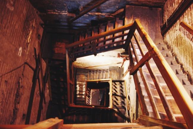 ciasne, drewniane wnętrze Torre degli Asinelli