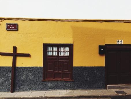 dom z krzyżem