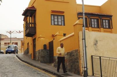 żółty dom i żółty swetere