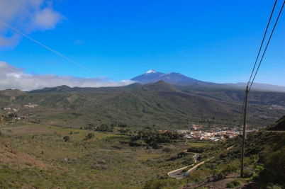 w oddali Santiago del Teide z górą Teide w tle