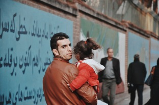 spacer wzdłuż murów byłej ambasady USA | zdjęcie Magdalena Garbacz-Wesołowska