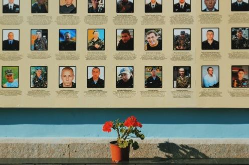 zdjęcia ofiar na murach soboru św. Michała Archanioła
